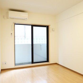洋室は7.2帖。窓は東向きなので朝から昼にかけて明るい雰囲気で過ごせます。