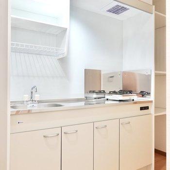 キッチンは水切りラック付き。一人暮らしでも洗い物を溜めずに済みそう。