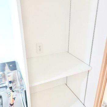 キッチン横の可動式の棚はコンセント付きなのでキッチン家電の置き場にもパントリーにも使えます◎