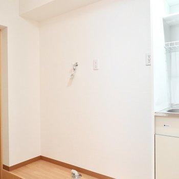 冷蔵庫と洗濯機置場はキッチンの隣に。
