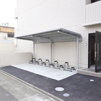 裏口もあり、こちらにも駐輪場が。敷地内のゴミ置き場もこちらにあります。