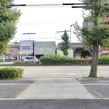 建物の前は大通り。道沿いに歩いていくだけで駅に着きますよ。