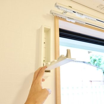 室内の窓の前には収納できる竿受けがあるので部屋干しもできますよ。