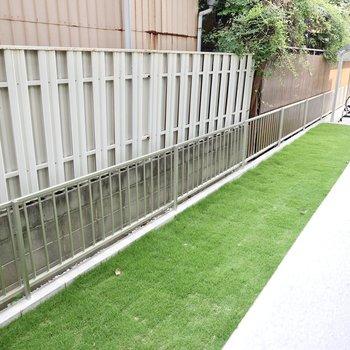 ベランダの前は綺麗な人工芝。高さもあるので安心して暮らせますね。