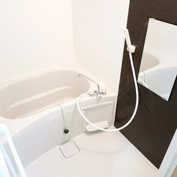 お風呂は機能性はシンプルですが、綺麗でゆっくりと休めそうな雰囲気。
