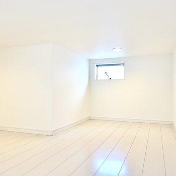 約4.8帖とロフトにしては広め。天井の高さもあるので寝室にもできます。(※写真は2階の同間取り別部屋のものです)