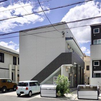 外観もカッコイイ、2階建てアパートの1階のお部屋。