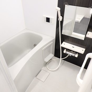 お風呂も雰囲気を合わせてモノトーンに。追い焚き付きが嬉しいですね。(※写真は2階の同間取り別部屋のものです)