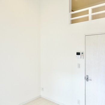 テーブルなどを置くならこの角かな。ロフトがある分、お部屋を広く使えますね。(※写真は2階の同間取り別部屋のものです)