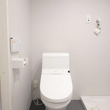 さらに隣にはウォシュレット付きのトイレ。こちらのフォルムもスタイリッシュで気分が良い。(※写真は2階の同間取り別部屋のものです)