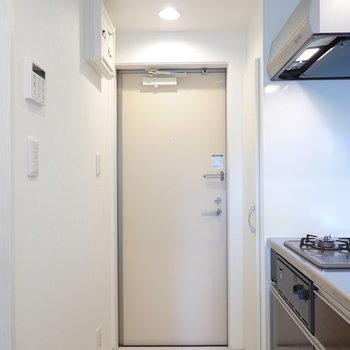 玄関はキッチンのすぐ隣に。タタキはコンパクトですが実用に支障は無い程度。(※写真は2階の同間取り別部屋のものです)