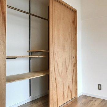 クローゼットが隠れていました!扉2枚分が収納、1番左側は廊下に繋がっていますよ!