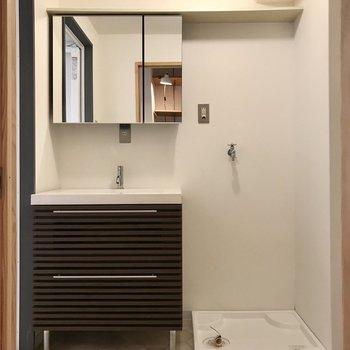 棚の前は脱衣所。まるでホテルのよう。鏡の後ろも収納ですよ!