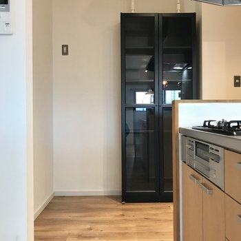 冷蔵庫以外にラックも入りそう。食器棚も付いていますよ!