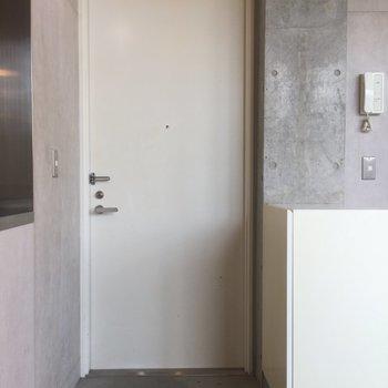 玄関はスッキリ ※写真は3階の同間取り別部屋のものです