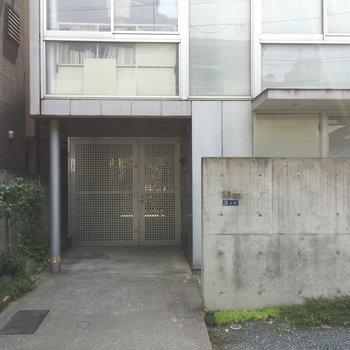 入り口もコンクリート塀