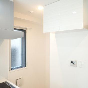 キッチンうしろには高いところにある棚と、冷蔵庫。