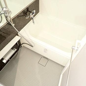 シックなトーンのお風呂。浴室乾燥機つき!