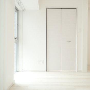 洋室】白って綺麗だな〜、と思いつつ右側を見ると、