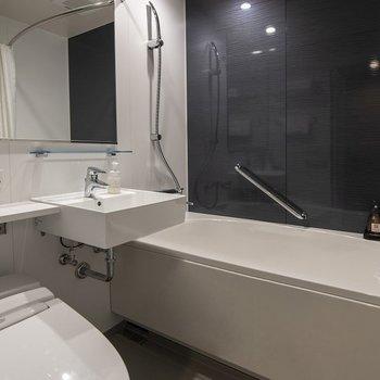 大きな鏡が嬉しいバスユニット。清潔感◎