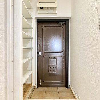 チョコレートブラウンのステキな玄関です。