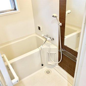 お風呂は小窓と追い焚き機能付きです♪
