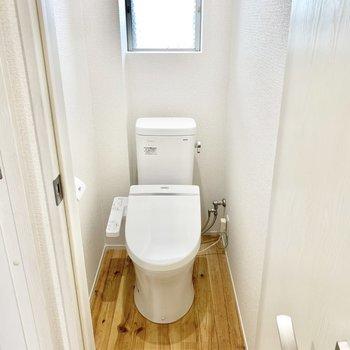 トイレはウォシュレット付き。換気もしっかり。