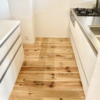 左奥に冷蔵庫スペース。棚は作業スペースとしても使えそうです◎