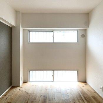 玄関側の洋室は5.5帖。ダブルベッドも置けますよ。