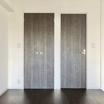 反対側には扉が2つ。右は脱衣所、左は収納になっています。(※写真は2階の反転間取り別部屋のものです)
