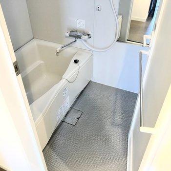 お風呂はゆったりめ。サーモ水栓で温度調節もしやすくなっています!(※写真は2階の反転間取り別部屋のものです)