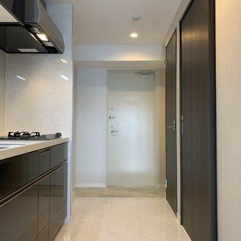 キッチンはこちらに。正面は玄関、右側は水回りです。(※写真は8階の反転間取り別部屋のものです)