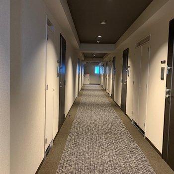 内廊下式マンション。カーペット敷きで足音が響きません◎