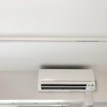 室内物干しは昇降式。エアコンの風でしっかり乾燥。(※写真は8階の反転間取り別部屋のものです)