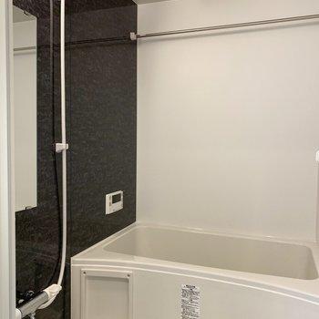 浴室もカラーを統一。乾燥機付。(※写真は8階の反転間取り別部屋のものです)