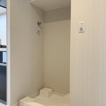 洗濯機置場は玄関すぐのスペース。(※写真は8階の反転間取り別部屋のものです)
