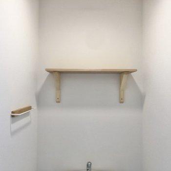 棚とタオル掛けも付いています。※写真は同間取り、別部屋のもの