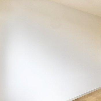 反対側の壁はスッキリとしています。※写真は同間取り、別部屋のもの