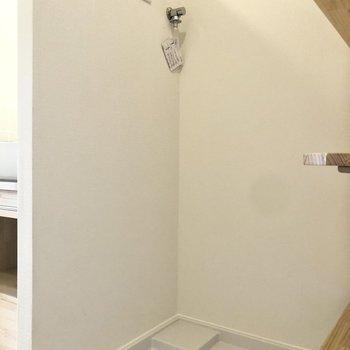 玄関横には洗濯機置き場が。※写真は同間取り、別部屋のもの