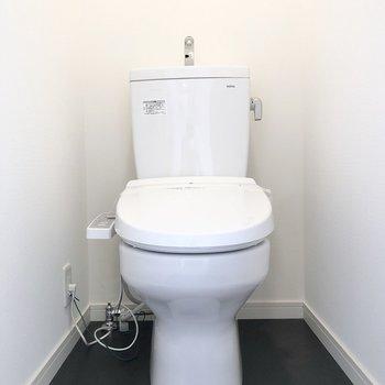トイレは温水洗浄便座付き。※写真は同間取り、別部屋のもの