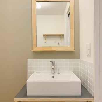 【イメージ】洗面台は白いタイルに木枠でとっても可愛い!ブラウンのアクセントクロスも効いてます◎