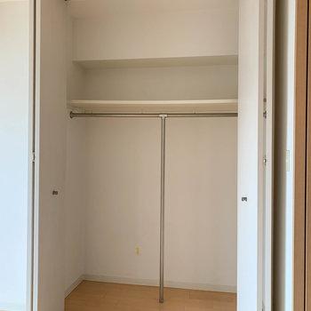 【洋室】クローゼットはほどほどに大きめ※写真は5階の同間取り別部屋のものです