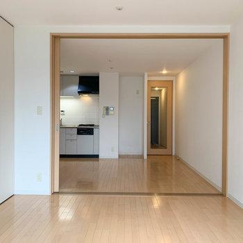 【洋室】ベランダ側から。※写真は5階の同間取り別部屋のものです