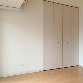 【洋室】片側にクローゼットがあります※写真は5階の同間取り別部屋のものです
