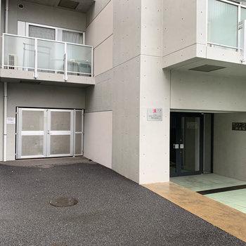 左側の、扉の奥が駐輪場担っています