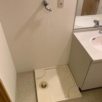 隣に洗濯機置き場※写真は5階の同間取り別部屋のものです