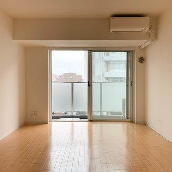 【洋室】奥側の洋室スペース。※写真は5階の同間取り別部屋のものです