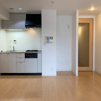 【LDK】リビング側へ※写真は5階の同間取り別部屋のものです