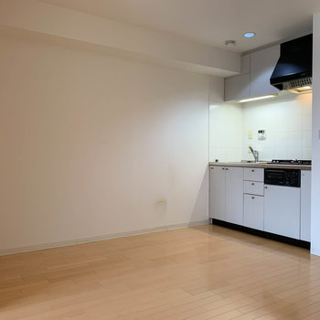 【LDK】ダイニングやソファもなども置けそうな広さ※写真は5階の同間取り別部屋のものです