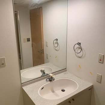 洗面台は鏡がとても大きいのです※写真は5階の同間取り別部屋のものです